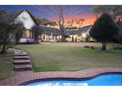 Moradia Multi-familiar for sales at Farm thatch house with cottage on 3,000 sqm  Johannesburg, Gauteng 2196 África Do Sul