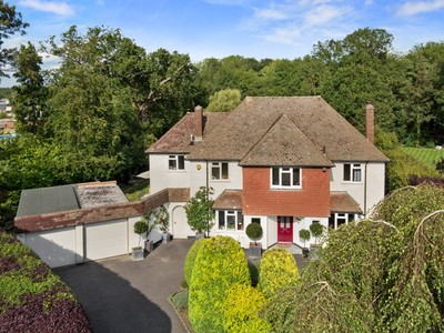 Maison unifamiliale for sales at 2 Woodsway Woodsway Oxshott Other England, Angleterre KT220ND Royaume-Uni