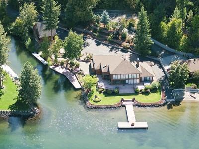 Casa Unifamiliar for sales at Imagine living on your own private island. 5193 W. Island View Dr. Coeur D Alene, Idaho 83814 Estados Unidos