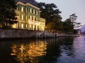 Casa multifamiliare for vendita at Villa storica pieds dans l'eau sul Lago di Como  Laglio,  22010 Italia