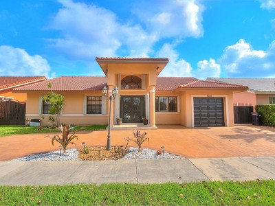 Einfamilienhaus for sales at West Lakes Gardens 2nd AD 9051 NW 152 ST  Miami Lakes, Florida 33018 Vereinigte Staaten