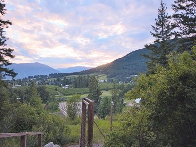 Maison unifamiliale for sales at Peaceful Sprawling Rancher 236 36th Avenue Creston, Colombie-Britannique V0B1G1 Canada