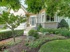 Casa para uma família for  sales at Enchanting Bungalow with Loft 39 Holyrood Avenue Oakville, Ontario L6K2V4 Canadá