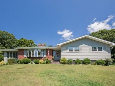 Maison unifamiliale for sales at Pine Orchard 134 Pine Orchard Rd Branford, Connecticut 06405 États-Unis