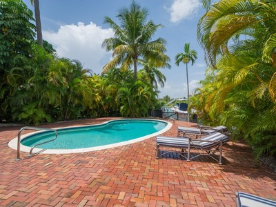 Single Family Home for sales at 3172 N Bay Rd 3172 N Bay Rd. Miami Beach, Florida 33140 United States