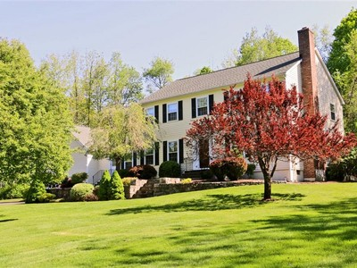 Maison unifamiliale for sales at Privately Set Colonial 120 Beaver Brook Road Ridgefield, Connecticut 06877 United States