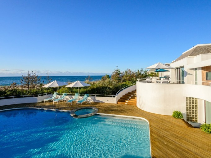Casa para uma família for rentals at Spectacular Oceanfront 279 Dune Road  Bridgehampton, Nova York 11932 Estados Unidos
