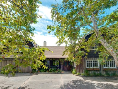 Maison unifamiliale for sales at Fabulous Farmhouse Retreat 3371 Mandeville Canyon Road Los Angeles, Californie 90049 États-Unis