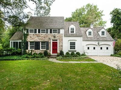 Villa for sales at Newly Renovated Pre-War Colonial 10 Gilliam Lane Riverside, Connecticut 06878 Stati Uniti
