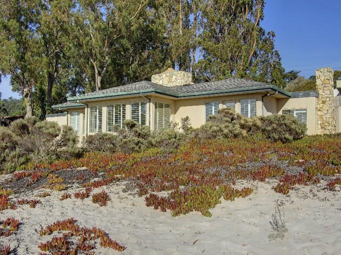 Casa para uma família for sales at On the Sand of Carmel Beach 7 Sand & Sea Road Carmel, Califórnia 93921 Estados Unidos