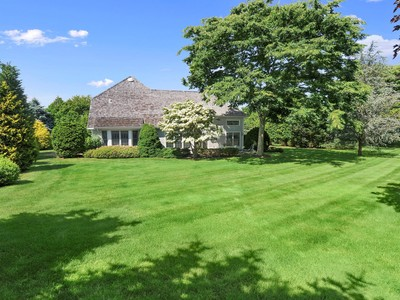 Einfamilienhaus for sales at Private and Serene Home Near Ocean    Southampton, New York 11968 Vereinigte Staaten