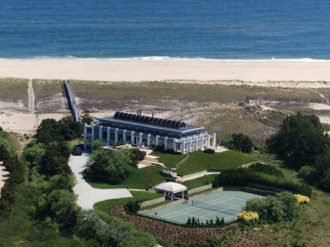 Moradia for rentals at Oceanfront Meadow Lane Southampton  Southampton, New York 11968 United States