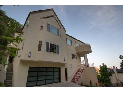 Maison unifamiliale for sales at Newer Contemporary with Views 2541 Chislehurst Place Los Angeles, Californie 90027 États-Unis
