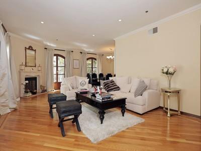 Condomínio for sales at Prestigious Le Faubourg 9249 Burton Way Unit # 206  Beverly Hills, Califórnia 90210 Estados Unidos