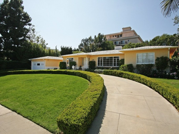 Nhà ở một gia đình for sales at Trophy Location 225 Georgina Avenue Santa Monica, California 90402 Hoa Kỳ