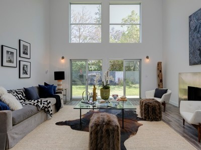 Maison unifamiliale for sales at 5280 Los Adornos Way  Los Angeles, Californie 90027 États-Unis