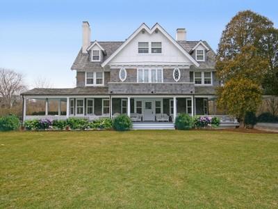 Casa para uma família for rentals at Classic Estate Section Home with Pool 139 First Neck Lane  Southampton, Nova York 11968 Estados Unidos