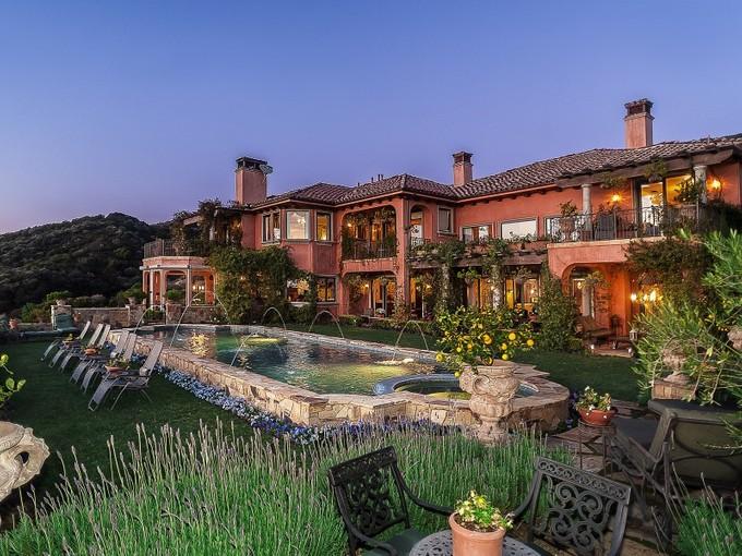 Villa for sales at Romantic View Estate 16865 Calle Bellevista Pacific Palisades, California 90272 Stati Uniti