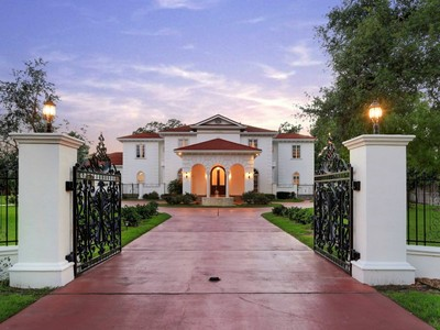 Maison unifamiliale for sales at 1 East Rivercrest Drive 1 E. Rivercrest Drive Houston, Texas 70042 United States