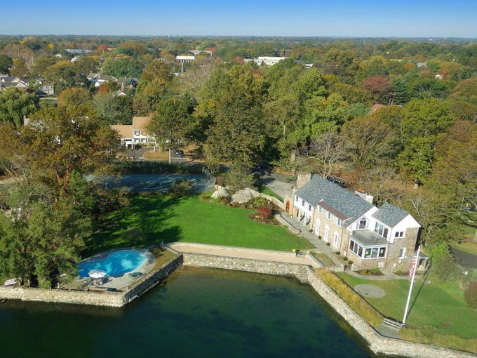 Einfamilienhaus for sales at 1 Acre Waterfront 216 Davenport Drive Stamford, Connecticut 06902 Vereinigte Staaten