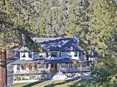 Villa for sales at Unique Mountain Retreat 790 State Highway 2 Wrightwood, California 92397 Stati Uniti