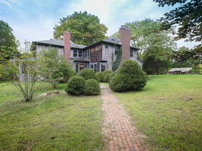 Casa Unifamiliar for sales at Stylish Old World Shingled Cottage   East Hampton, Nueva York 11937 Estados Unidos