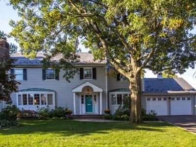 Nhà ở một gia đình for sales at Colonial 812 Hunt Ln  Manhasset, New York 11030 Hoa Kỳ