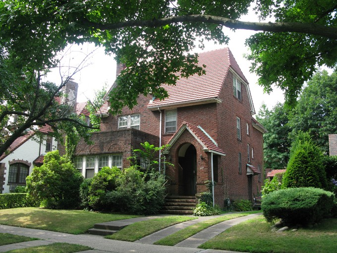 """Maison unifamiliale for sales at """"DIAMOND IN THE ROUGH"""" 47 Greenway North , Forest Hills Gardens Forest Hills, New York 11375 États-Unis"""