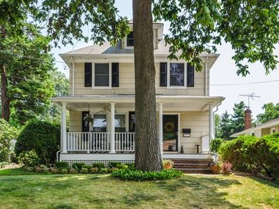 단독 가정 주택 for sales at Colonial 147 Saint Andrews Ln Glen Cove, 뉴욕 11542 미국