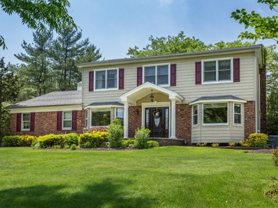 Einfamilienhaus for sales at Colonial 5 Makanna Dr Huntington, New York 11743 Vereinigte Staaten