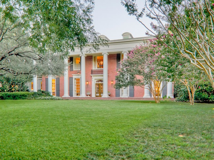 Vivienda unifamiliar for sales at Landmark Estate in Prestigious Dallas Neighborhood 9784 Audubon Place Dallas, Texas 75220 Estados Unidos