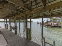 Maison unifamiliale for sales at GOODLAND HEIGHTS - GOODLAND 111  East Ct   Goodland, Florida 34140 États-Unis