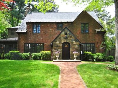 Casa para uma família for sales at Colonial 19 Oak Ln Glen Cove, Nova York 11542 Estados Unidos
