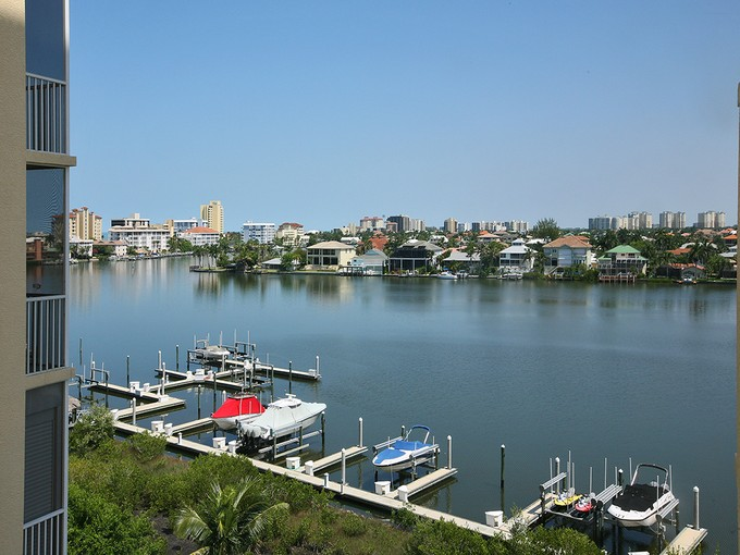 Condominio for sales at VANDERBILT - REGATTA 410  Flagship Dr 601 Naples, Florida 34110 Stati Uniti