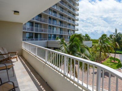 Кооперативная квартира for sales at MARCO ISLAND - SOUTH SEAS TOWER 440  Seaview Ct 203 Marco Island, Флорида 34145 Соединенные Штаты