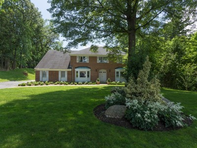 Nhà ở một gia đình for sales at Colonial 38 Whitney Cir Glen Cove, New York 11542 Hoa Kỳ