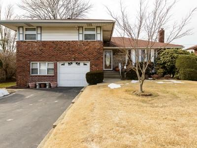 Single Family Home for sales at Split 10 Berkley Ln Syosset, New York 11791 United States