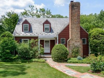 Casa para uma família for sales at Colonial 13 Lynn Rd Port Washington, Nova York 11050 Estados Unidos