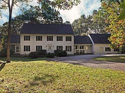 Maison unifamiliale for sales at Gracious Colonial 5 Chestnut Lane Washington, Connecticut 06777 États-Unis