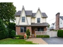 Villa for sales at Colonial 343 Plainfield St   Westbury, New York 11590 Stati Uniti
