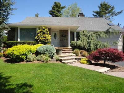 Casa para uma família for sales at Traditional 75 Birchwood Park Dr Jericho, Nova York 11753 Estados Unidos