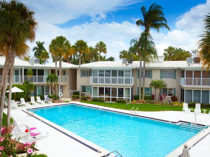 Eigentumswohnung for sales at THE MOORINGS - HARBOUR LIGHTS 372  Harbour Dr Naples, Florida 34103 Vereinigte Staaten