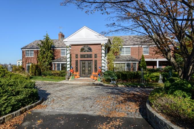 Casa para uma família for sales at Colonial 63 Cornwells Beach Rd Sands Point, Nova York 11050 Estados Unidos