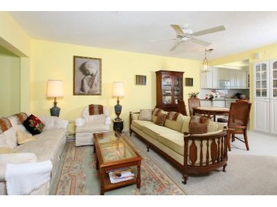 Eigentumswohnung for sales at VILLAGE GREEN - JASMINE CLUB 674  Broad Ave  S Naples, Florida 34102 Vereinigte Staaten