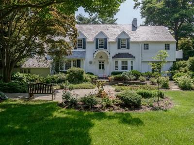 Casa para uma família for sales at Colonial 38 Cornwall  Ln  Sands Point, Nova York 11050 Estados Unidos