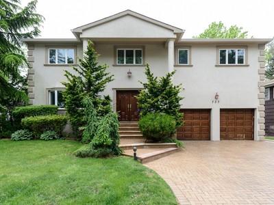 Casa para uma família for sales at Splanch 737 Kearny Dr Valley Stream, Nova York 11581 Estados Unidos