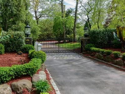 Casa para uma família for sales at Colonial 207 Everit Ave Hewlett Harbor, Nova York 11557 Estados Unidos