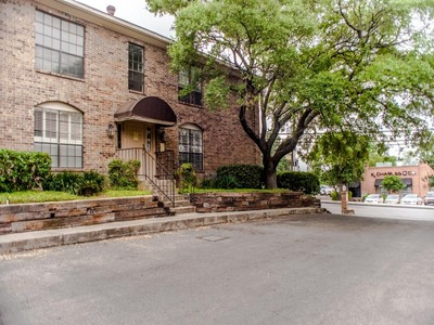 Condominio for sales at Alamo Heights Living at Its Best! 7826 Broadway St 308C San Antonio, Texas 78209 Stati Uniti