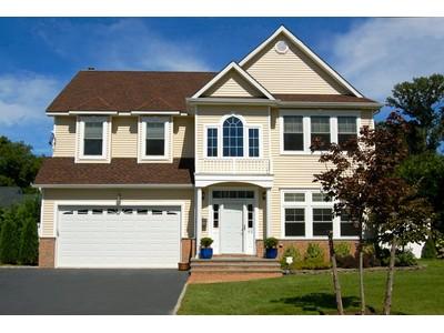 Casa para uma família for sales at Colonial 62 Cleveland Ave Glen Head, Nova York 11545 Estados Unidos