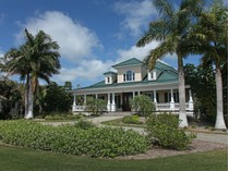 Maison unifamiliale for sales at INLET DRIVE - MARCO ISLAND 589  Inlet Dr   Marco Island, Florida 34145 États-Unis